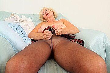 English gilf dildos her moist fanny lips...