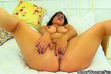 Curvaceous swinger loves toying her needy cunt...