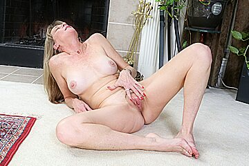 Nyloned mature lucky lets us enjoy body...