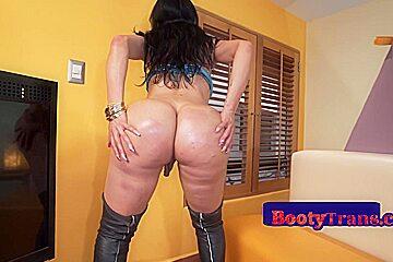Curvy latina booty trans barebacked doggystyle...